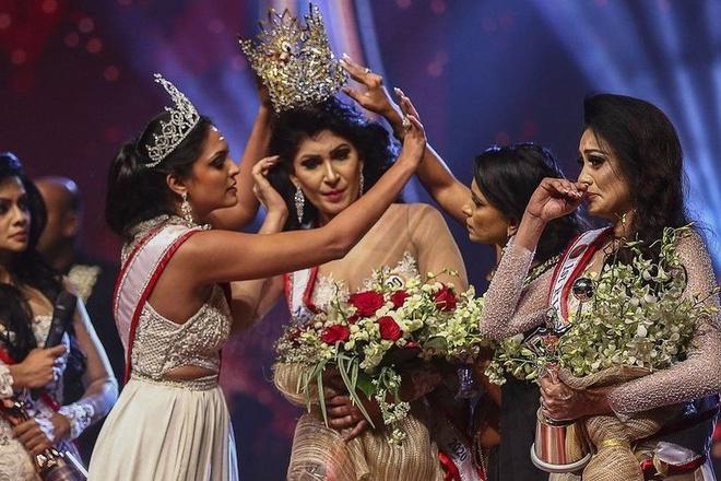 Hoa hậu Sri Lanka bị giật vương miện thô bạo khi vừa đăng quang - Ảnh 1.