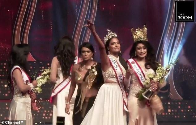 Hoa hậu Sri Lanka bị giật vương miện thô bạo khi vừa đăng quang - Ảnh 2.