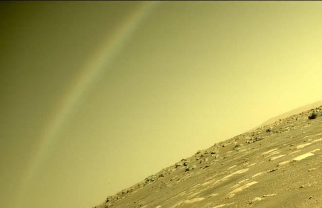 NASA chụp được bức ảnh ấn tượng về cầu vồng trên sao Hỏa - Ảnh 1.