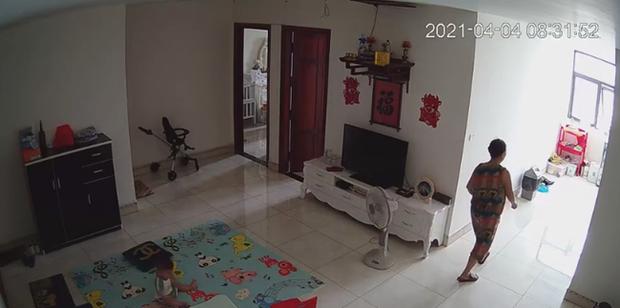 Check camera, mẹ trẻ hoảng hồn thấy con trai 9 tháng tuổi bị nữ ô sin bế vào toilet rồi khóc ré lên dữ dội - Ảnh 1.