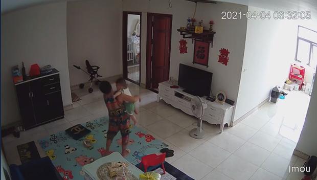 Check camera, mẹ trẻ hoảng hồn thấy con trai 9 tháng tuổi bị nữ ô sin bế vào toilet rồi khóc ré lên dữ dội - Ảnh 2.