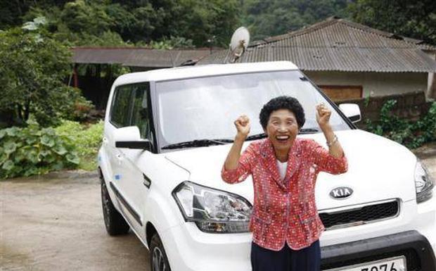 Cụ bà thi trượt bằng lái 959 lần, tới lần 960 mới đỗ ai ngờ được tặng luôn xế hộp để động viên - Ảnh 2.