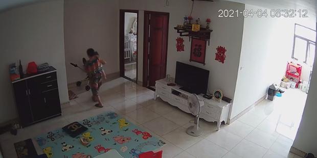 Check camera, mẹ trẻ hoảng hồn thấy con trai 9 tháng tuổi bị nữ ô sin bế vào toilet rồi khóc ré lên dữ dội - Ảnh 3.