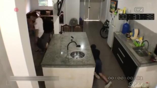 Dẫn gã đàn ông khác đến nhà tình tứ thì chồng đi làm về, vợ tung chiêu giúp nhân tình tẩu thoát, chẳng ngờ bị camera vạch mặt - Ảnh 4.