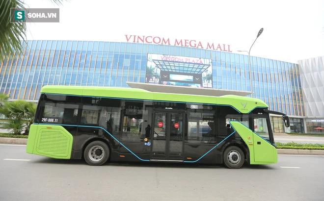 Xe buýt điện VinBus chính thức lăn bánh:  Người dân hào hứng đi thử
