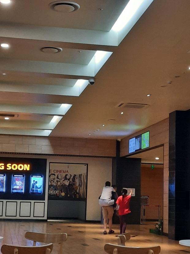 Con trai cõng bố vào rạp chiếu phim, khoảnh khắc khiến Trấn Thành lên tiếng cảm ơn trên MXH - Ảnh 1.