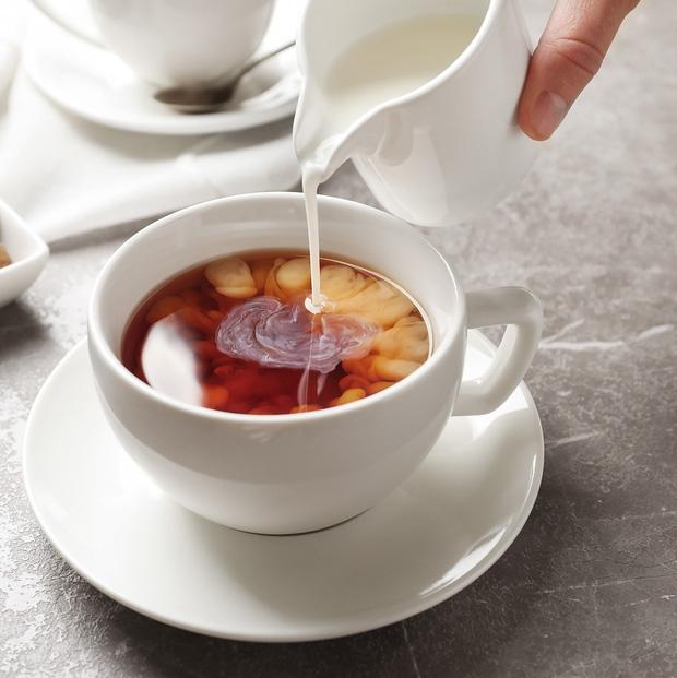 """Trà đổ vào sữa hay sữa đổ vào trà? Cứ tưởng """"cũng như nhau"""" nhưng hóa ra cách pha trà sữa thế này mới là chuẩn chỉnh - Ảnh 1."""