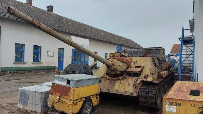 CH Czech: Người đàn ông mang xe tăng T-34, pháo tự hành đến gặp cảnh sát - Ảnh 3.
