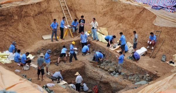 Lão nông tìm thấy 5 hố không đáy trên thửa ruộng: Đoàn khảo cổ vui mừng khôn xiết! - Ảnh 3.