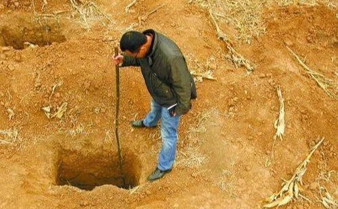 Lão nông tìm thấy 5 hố không đáy trên thửa ruộng: Đoàn khảo cổ vui mừng khôn xiết! - Ảnh 1.