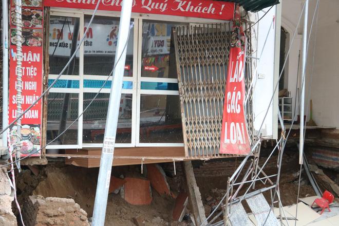 Hố tử thần xuất hiện ở Hà Nội đã lan rộng hơn 100m2, 20 hộ dân phải di dời - Ảnh 5.