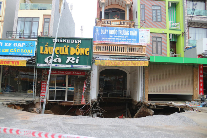 Hố tử thần xuất hiện ở Hà Nội đã lan rộng hơn 100m2, 20 hộ dân phải di dời - Ảnh 7.