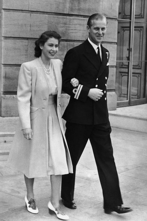 Nhìn lại những khoảnh khắc đẹp nhất của Hoàng thân Philip và Nữ hoàng Anh: Chuyện tình đôi đũa lệch cùng cuộc hôn nhân bền vững hơn 70 năm - Ảnh 2.