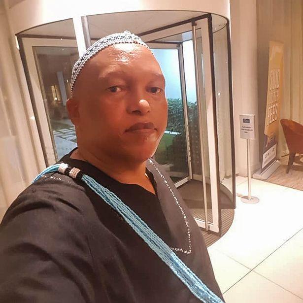 Clip: Quan chức Nam Phi họp online, vợ khỏa thân đi lại phía sau làm cả ủy ban náo loạn - Ảnh 3.