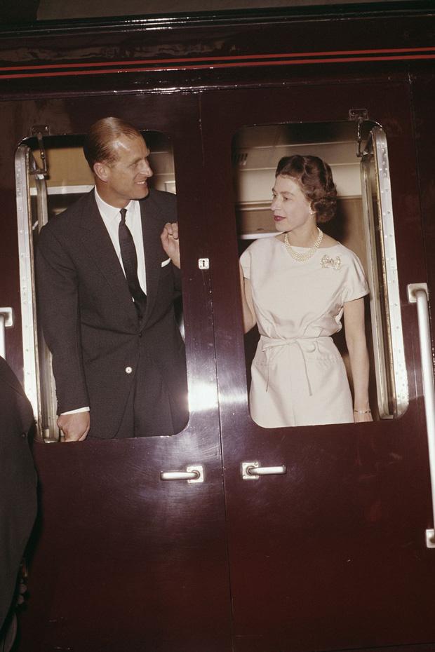 Nhìn lại những khoảnh khắc đẹp nhất của Hoàng thân Philip và Nữ hoàng Anh: Chuyện tình đôi đũa lệch cùng cuộc hôn nhân bền vững hơn 70 năm - Ảnh 11.