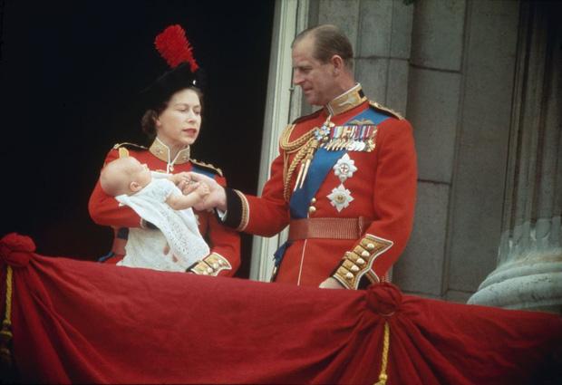 Nhìn lại những khoảnh khắc đẹp nhất của Hoàng thân Philip và Nữ hoàng Anh: Chuyện tình đôi đũa lệch cùng cuộc hôn nhân bền vững hơn 70 năm - Ảnh 15.