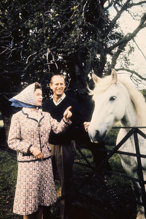 Nhìn lại những khoảnh khắc đẹp nhất của Hoàng thân Philip và Nữ hoàng Anh: Chuyện tình đôi đũa lệch cùng cuộc hôn nhân bền vững hơn 70 năm - Ảnh 16.