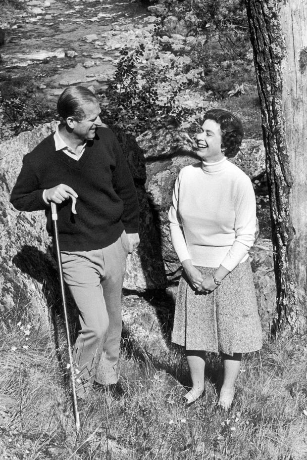 Nhìn lại những khoảnh khắc đẹp nhất của Hoàng thân Philip và Nữ hoàng Anh: Chuyện tình đôi đũa lệch cùng cuộc hôn nhân bền vững hơn 70 năm - Ảnh 18.