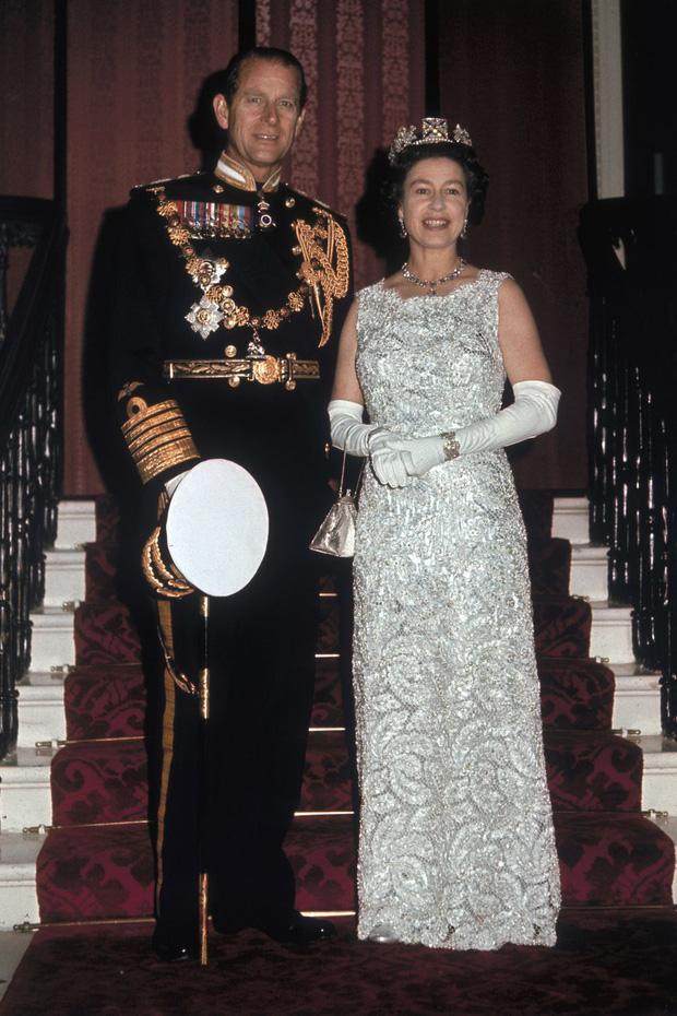 Nhìn lại những khoảnh khắc đẹp nhất của Hoàng thân Philip và Nữ hoàng Anh: Chuyện tình đôi đũa lệch cùng cuộc hôn nhân bền vững hơn 70 năm - Ảnh 20.