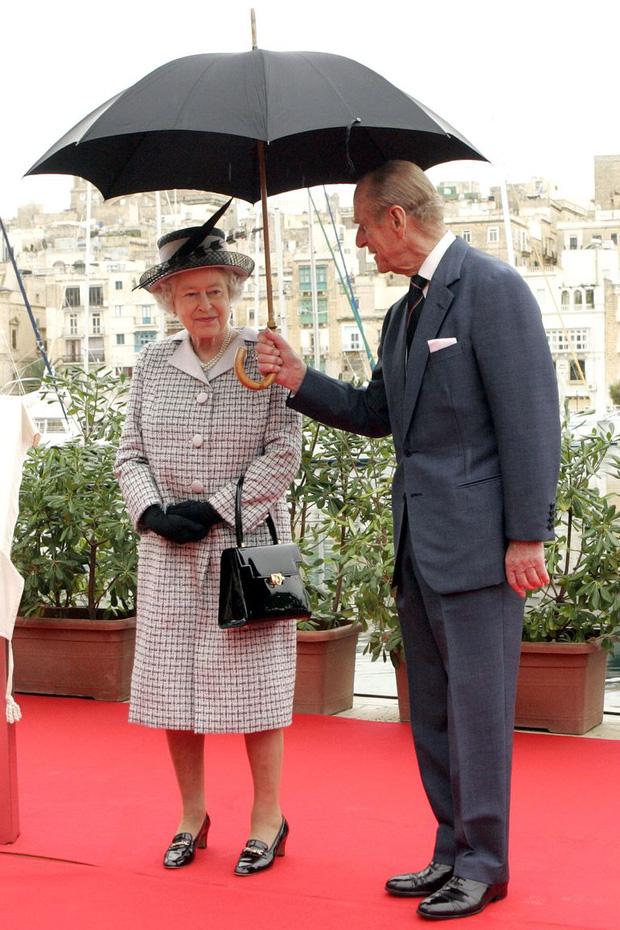 Nhìn lại những khoảnh khắc đẹp nhất của Hoàng thân Philip và Nữ hoàng Anh: Chuyện tình đôi đũa lệch cùng cuộc hôn nhân bền vững hơn 70 năm - Ảnh 25.