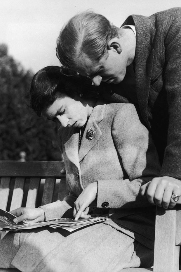 Nhìn lại những khoảnh khắc đẹp nhất của Hoàng thân Philip và Nữ hoàng Anh: Chuyện tình đôi đũa lệch cùng cuộc hôn nhân bền vững hơn 70 năm - Ảnh 4.