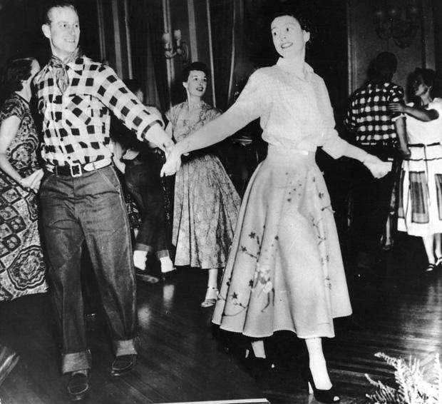 Nhìn lại những khoảnh khắc đẹp nhất của Hoàng thân Philip và Nữ hoàng Anh: Chuyện tình đôi đũa lệch cùng cuộc hôn nhân bền vững hơn 70 năm - Ảnh 7.