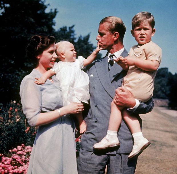 Nhìn lại những khoảnh khắc đẹp nhất của Hoàng thân Philip và Nữ hoàng Anh: Chuyện tình đôi đũa lệch cùng cuộc hôn nhân bền vững hơn 70 năm - Ảnh 8.