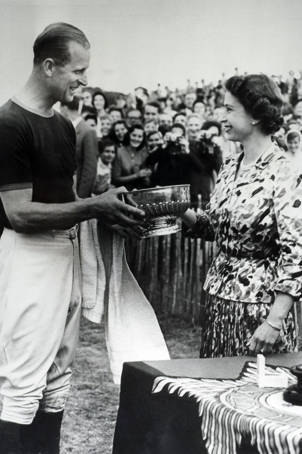 Nhìn lại những khoảnh khắc đẹp nhất của Hoàng thân Philip và Nữ hoàng Anh: Chuyện tình đôi đũa lệch cùng cuộc hôn nhân bền vững hơn 70 năm - Ảnh 10.