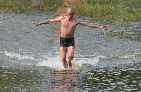 """""""Dị nhân"""" kỳ lạ nhất Trung Quốc: Có khinh công chạy trên mặt nước, không sợ dòng điện - Ảnh 3."""