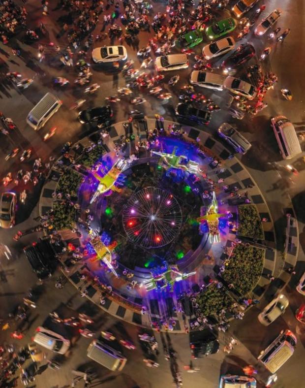 """Toát mồ hôi với khung cảnh Đà Lạt nhìn từ trên cao 360 độ tối qua: Đi du lịch hay là """"hành xác"""" nhau? - Ảnh 1."""