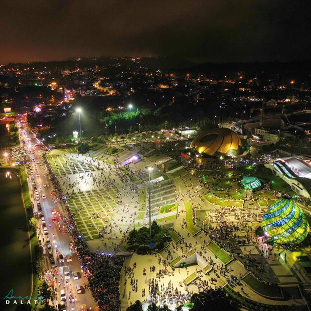 """Toát mồ hôi với khung cảnh Đà Lạt nhìn từ trên cao 360 độ tối qua: Đi du lịch hay là """"hành xác"""" nhau? - Ảnh 6."""