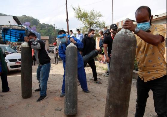 Clip hỏa táng thi thể nạn nhân COVID-19 ở Nepal: Trông chẳng khác gì Ấn Độ! - Ảnh 2.