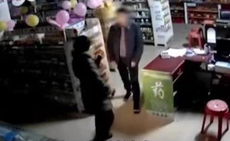 Người đàn ông 41 tuổi vào hiệu thuốc vờ mua hàng, khống chế cưỡng bức bà 51 tuổi đến tử vong - Ảnh 1.