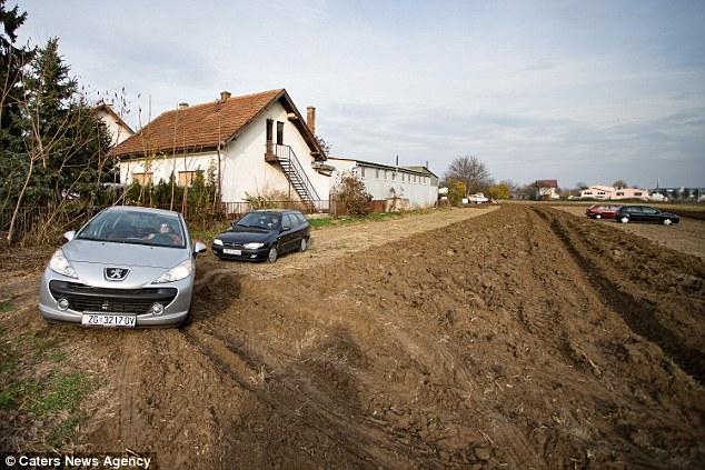 Tận dụng bãi đất trống của lão nông để đỗ xe, hôm sau các chủ xe chỉ còn nước khóc thét  - Ảnh 5.