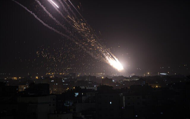 """Hệ thống phòng không bị """"vô hiệu hoá"""", Israel đang bị hàng trăm tên lửa tấn công - ảnh 1"""