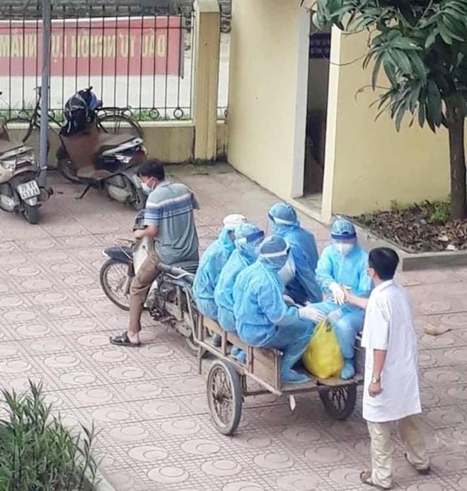 Phía sau tấm ảnh xe máy kéo theo xe ba gác chở nhân viên y tế chống dịch Covid-19: Không phải diễn... - Ảnh 1.