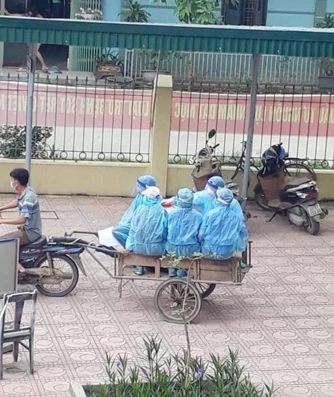 Phía sau tấm ảnh xe máy kéo theo xe ba gác chở nhân viên y tế chống dịch Covid-19: Không phải diễn... - Ảnh 4.