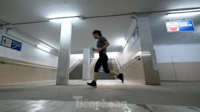 Hà Nội: Trốn lực lượng chức năng, người dân chui xuống hầm đi bộ tập thể dục - Ảnh 8.