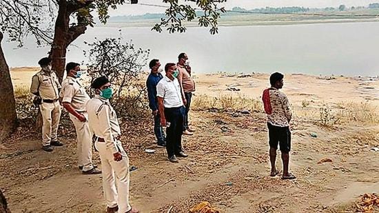Phát hiện thêm 70 thi thể Covid-19 trôi sông Ấn Độ, phân hủy nặng đến mức không thể xét nghiệm tử thi - Ảnh 1.