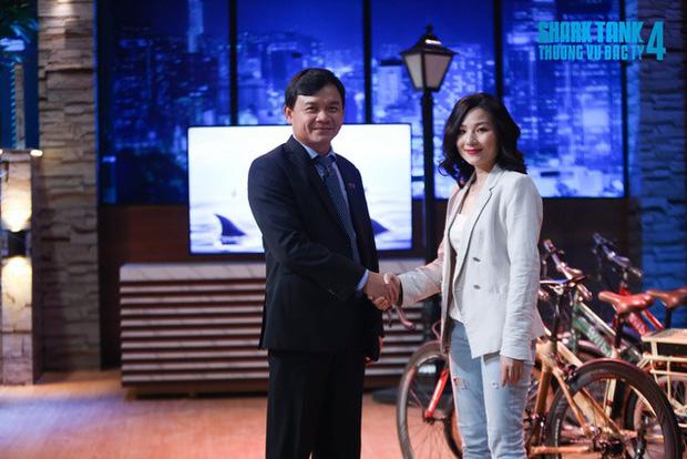 Không phải lần đầu Shark Phú thả thính nữ CEO ngay trên sân khấu, 3 năm trước là: Nhìn em anh thích đầu tư rồi! - Ảnh 1.