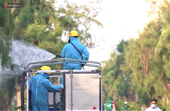 Clip: Bộ đội hóa học khử khuẩn khu tại công nghiệp phát hiện hàng chục ca dương tính SARS-CoV-2 ở Đà Nẵng - Ảnh 9.