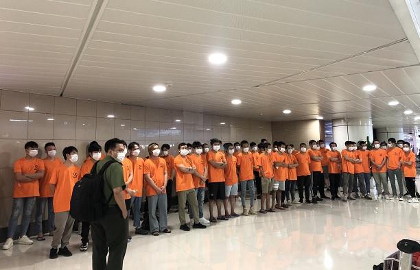 Công an trục xuất 52 người nước ngoài nhập cảnh trái phép ở Sài Gòn - Ảnh 2.