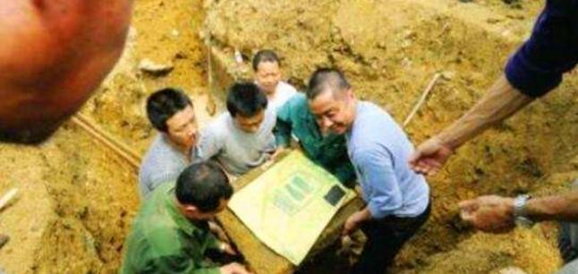 Hai cha con đào đất xây nhà phát hiện báu vật 2000 năm tuổi duy nhất trên thế giới - Ảnh 3.