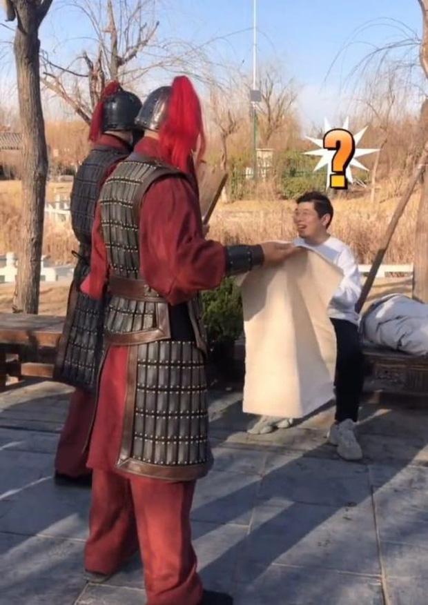 Đến phủ Khai Phong tham quan, du khách bất ngờ bị quân lính gông cổ đem đi xử tội vì lý do không ngờ - Ảnh 1.