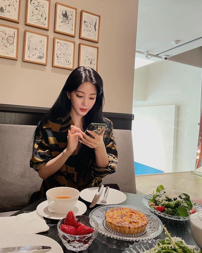 Vừa công khai hẹn hò, Han Ye Seul đã bị 'đào' lại tin đồn yêu tay 3 đồng tính với Yuri và Son Ye Jin, giờ chỉ còn 1 người độc thân! - ảnh 5