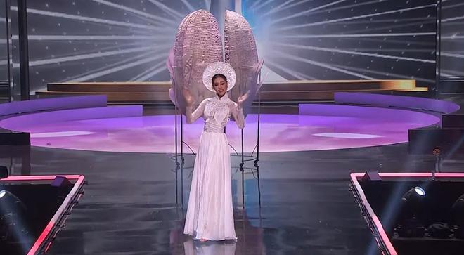 HHen Niê gây tranh cãi vì có hành động kém tinh tế khi Khánh Vân tỏa sáng trên sân khấu Miss Universe - Ảnh 1.