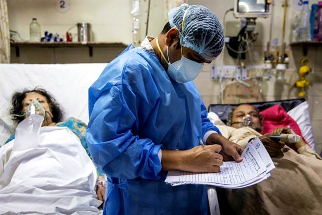 Theo chân ca trực dài 27 giờ của bác sĩ Ấn Độ mới vào nghề: Buộc phải lựa chọn cứu ai, bỏ ai - Ảnh 2.