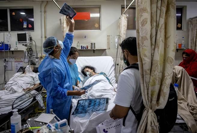 Theo chân ca trực dài 27 giờ của bác sĩ Ấn Độ mới vào nghề: Buộc phải lựa chọn cứu ai, bỏ ai - Ảnh 3.