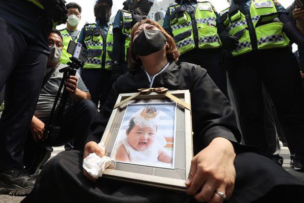 Vụ bé gái 16 tháng tuổi bị bạo hành đến chết: Mẹ nuôi khóc nức nở nhận án chung thân, gã chồng nói lời cuối khiến cả phiên tòa giận dữ - Ảnh 5.