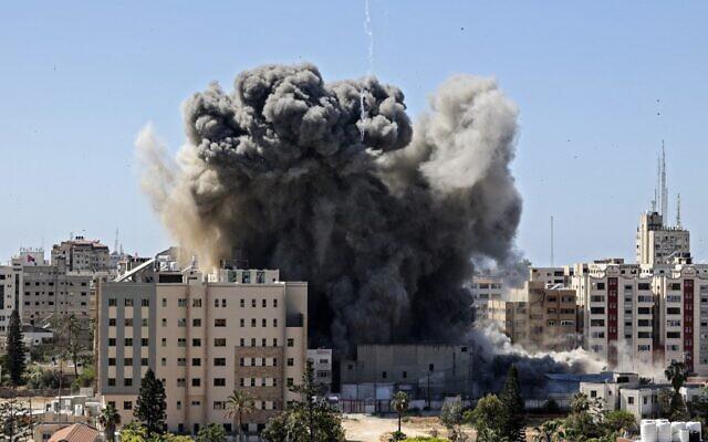 Israel không kích ác liệt chưa từng thấy, bão lửa trút xuống Gaza - Hamas phản kích xuyên đêm, nã tên lửa thẳng vào đầu não Israel - Ảnh 1.